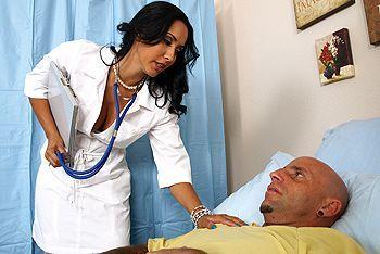 Горячий секс пациента с пышной латинской медсестрой в чулках