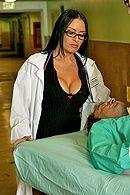 Порно зрелого пациента с горячей брюнеткой в чулках #4