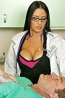 Порно зрелого пациента с горячей брюнеткой в чулках #5