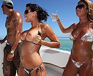 Смотреть жаркий секс зрелой брюнетки на яхте с бизнесменом - 1