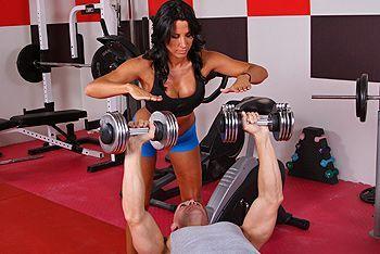 Смотреть трах в пизду жаркой брюнетки с большими сиськами в спортзале