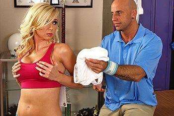 Смотреть классический секс с грудастой блондинкой в раздевалке