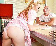 Классический секс с молодой блондинкой в кафе - 1