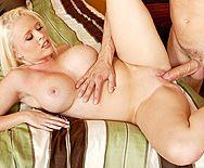 Порно с грудастой татуированной блондинкой в спальне - 5