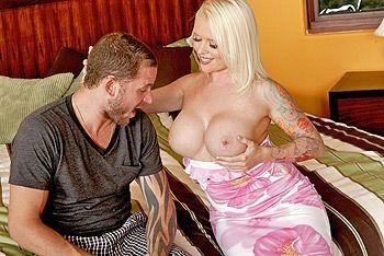 Порно с грудастой татуированной блондинкой в спальне