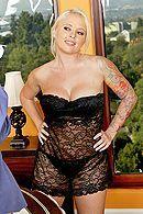 Порно с грудастой татуированной блондинкой в спальне #4
