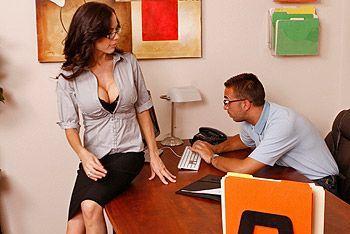 Смотреть красивый секс бизнес-леди с большими сиськами в офисе