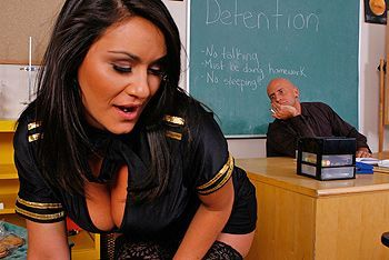 Вагинальный секс с черноволосой грудастой школьницей в чулках