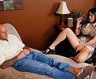 Секс с молодой похотливой брюнеткой психологом и её пациентом - 1