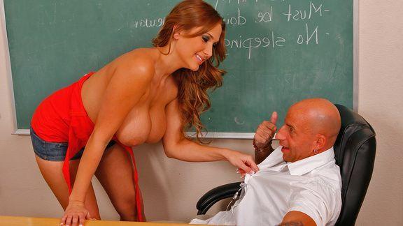 Грудастая студентка брюнетка трахается в пизду с учителем