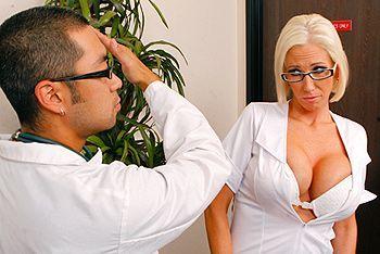 Трах в пизду зрелой блондинки медсестры с большими сиськами