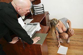 Босс наказал пышногрудую секретаршу страстным сексом