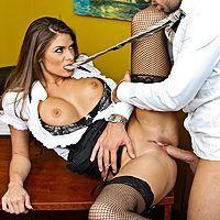 Порно босса с шатенкой с огромными сиськами на столе офиса