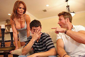 Смотреть домашнее порно с грудастой мамашей