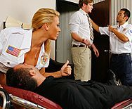 Смотреть красивый секс с грудастой сексуальной медсестрой в униформе - 1
