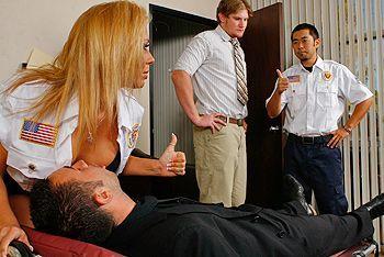 Смотреть красивый секс с грудастой сексуальной медсестрой в униформе
