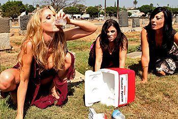 Молодая красивая блондиночка трахается с охранником кладбища на хеллоуин