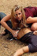 Молодая красивая блондиночка трахается с охранником кладбища на хеллоуин #5