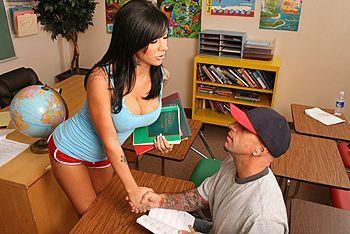 Смотреть трах в пизду татуированной школьницы с большими сиськами