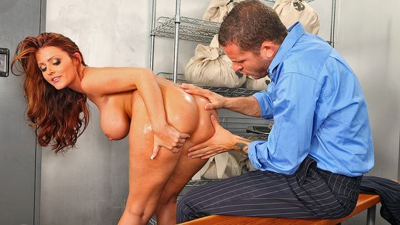 Анальный секс зрелой брюнеточки с большими сиськами