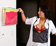 Вагинальный секс с горячей черноволосой медсестрой с большими сиськами - 1