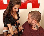 Смотреть трах в анал сексуальной брюнеточки с татуировками - 1