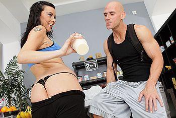 Жаркий секс лысого со стройной брюнеткой на прилавке в магазине
