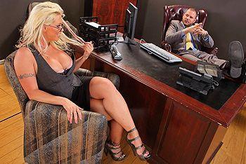 Смотреть трах в пизду зрелой блонды с большими сисечками и татуировками