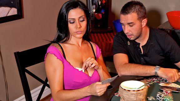 Страстный трах в пизду с пышной брюнеткой на столе