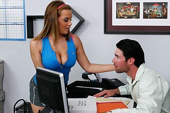 Порно в офисе с сексуальной молодой девушкой