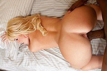 Межрасовый секс негра с выразительной блондинкой с упругой задницей