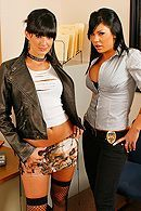 Две татуированные лесбияночки трахаются в анал страпоном #3