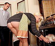 Смотреть трах в анал взрослой блондинки с упругой жопой - 1