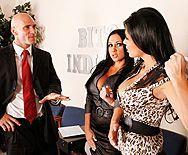 Смотреть групповой секс лысого дядьки с двумя сексуальными грудастыми брюнетками в чулках - 1