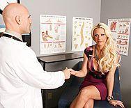 Секс похотливого доктора с ненасытной пышногрудой блондинкой - 1