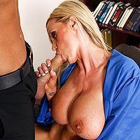 Жесткий секс с сисястой школьницей на столе