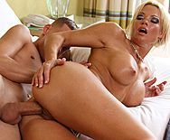 Зрелая сексуальная мамаша блондинка занялась сексом с молодым другом сына - 4
