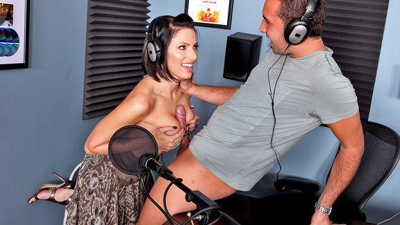 Привлекательная брюнетка трахается в пизду с мужиком в студии