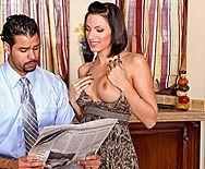 Привлекательная брюнетка трахается в пизду с мужиком в студии - 1