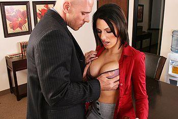 Порно босса с возбуждающей секретаршей с татуировками