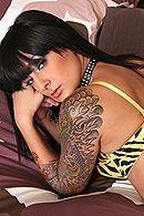 Смотреть порно с татуированной брюнеткой с большой попой #3