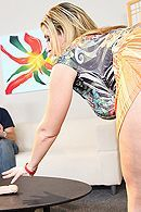 Трах в пизду полной блондинки с огромной грудью на диване #5