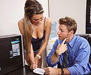 Смотреть жесткий секс шикарной брюнетки со своим мужиком на столе - 1