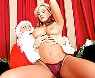 Вагинальный секс с зрелой темноволосой сучкой в Рождество - 1
