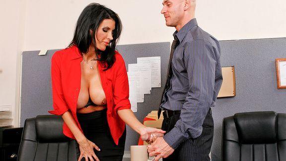 Смотреть жаркий секс в офисе со знойной брюнеткой с пышными сиськами