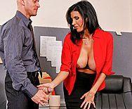 Смотреть жаркий секс в офисе со знойной брюнеткой с пышными сиськами - 1