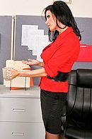 Смотреть жаркий секс в офисе со знойной брюнеткой с пышными сиськами #5