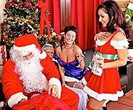 Групповое порно с красивыми брюнеточками в чулках на новый год - 1
