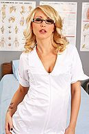 Порно сексуальной медсестры в чулках с пациентом в клинике #1