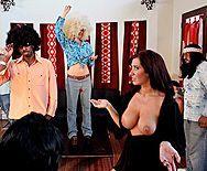 Порно пародия трах в пизду зрелой брюнетки с обвисшими сиськами - 1